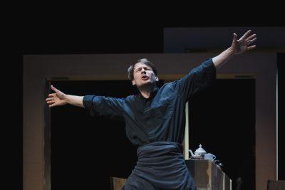 """Scena iš rež. Gyčio Bernardo Padegimo spektaklio """"Filadelfija, aš atvykstu!"""". Povilo Jaro / """"Fotopo"""" nuotr."""