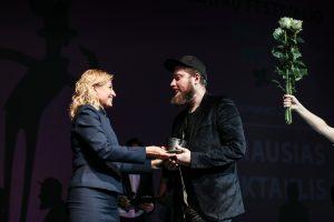"""KUltūros ministrė L. Ruokytė - Jonsson įteikia apdovanojimą """"Geriausio spektaklio""""  kūrėjui A. Areimai (© MiskoMote)"""