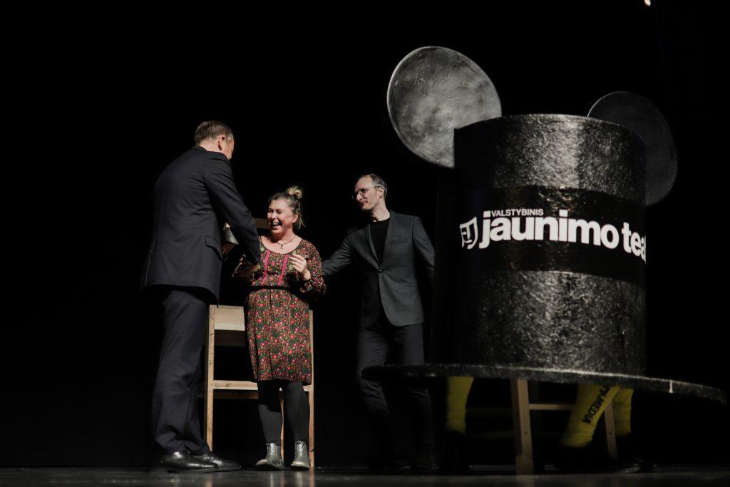 """COM•@ geriausias spektaklis """"Teatriuko"""" spektaklis """"Žalia Gyva"""". Apdovanojimą atsiima aktorė Dalia Mikoliūnaitė"""