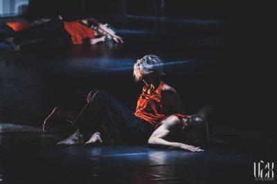 """Šokio spektaklis """"ASIDE"""". (© Eglė Sabaliauskaitė)"""