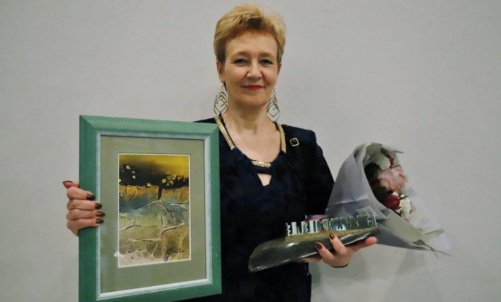 """""""Teatrakmenis"""" įteiktas teatro vyriausiai buhalterei Dalei Levulienei. ©Zita Stankevičienė"""