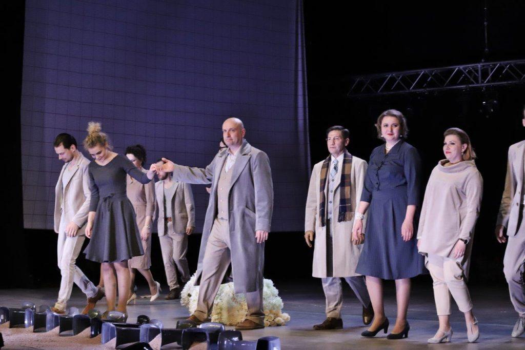 """Aidint spektaklio """"Karalystė"""" žiūrovų aplodismentams. ©Zita Stankevičienė"""