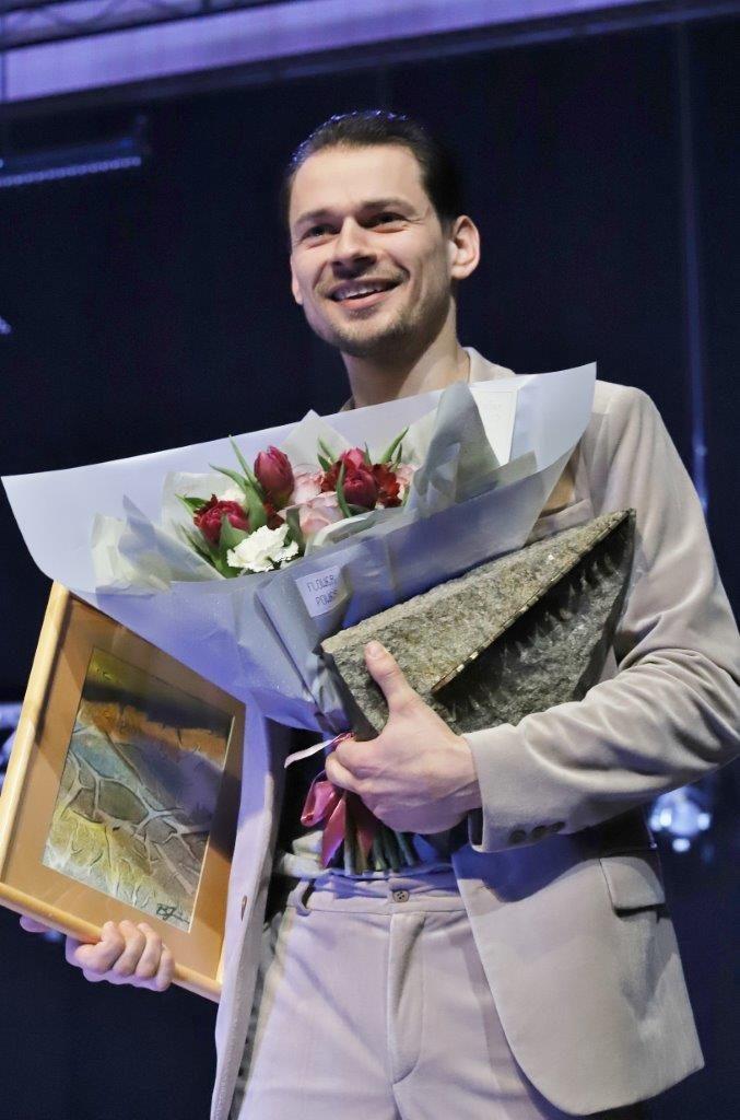 """""""Teatrakmenis"""" aktoriaus Vaido Praspaliausko rankose. ©Zita Stankevičienė"""