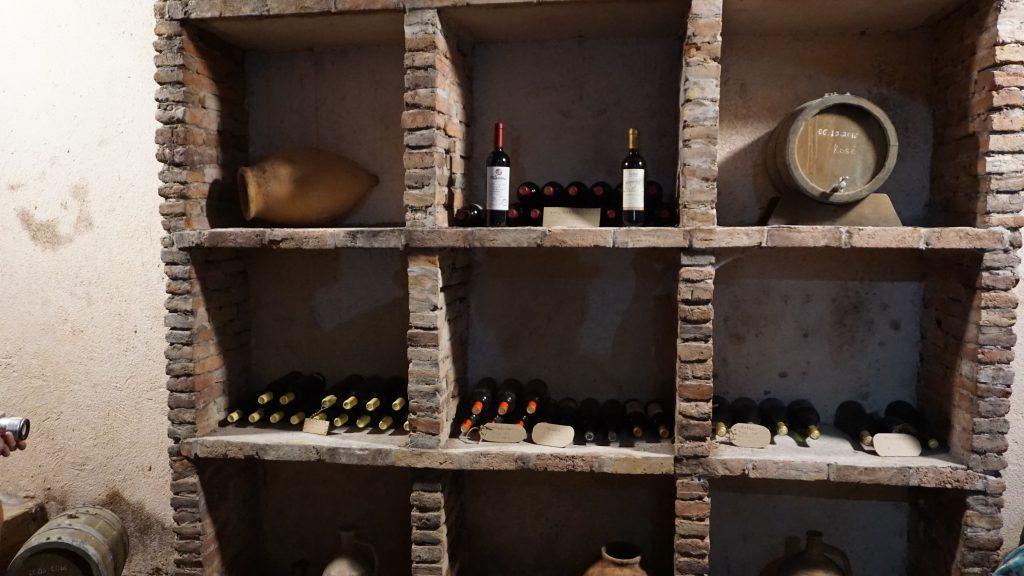 Vyno rūsiai. Auginti vynuogyną, brandinti vyną - kiekvieno kartvelo garbės reikalas