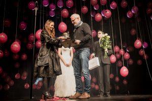 Inesa Pilvelytė įteikia apdovanojimą režisieriui Albertui Lebeliūnui